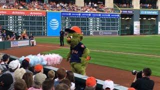 Astros mascot Orbit has fun with cotton candy vendor
