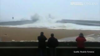 Welle in Portugal: Schaulustige flüchten vor Wassermassen