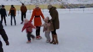 Как научиться кататься на коньках. Маленькие девочки учат!(Подружки Тая и Яна первый раз на катке. Дети катаются на коньках., 2016-01-28T12:33:29.000Z)