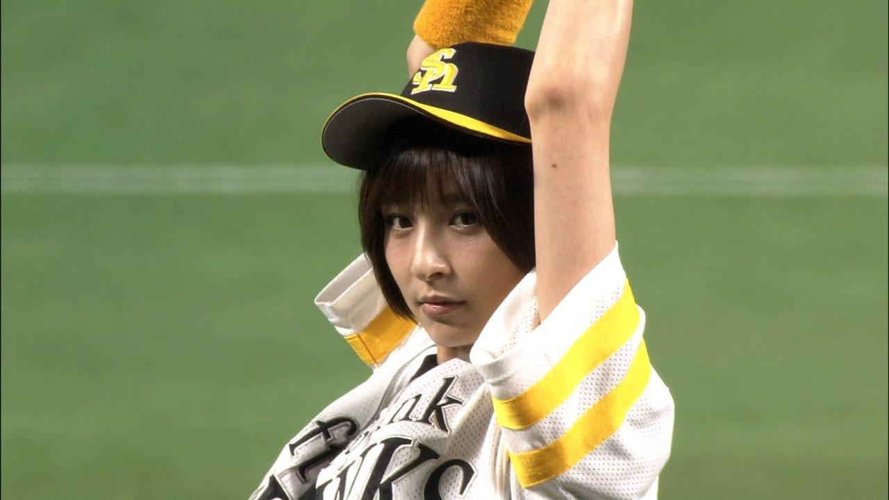 始球式で投げる篠田麻里子