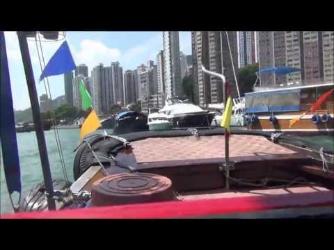 Taking a Sampan Boat Tour around Aberdeen in the South China Sea - Hong Kong, China (舢舨 - 香港仔 - 香港)
