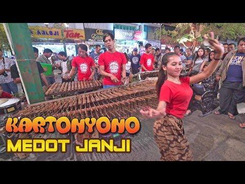 kartonyono-medot-janji-angklung-jogja-malioboro---nyanyi-bareng-musik-tambah-jos-(angklung-carehal)