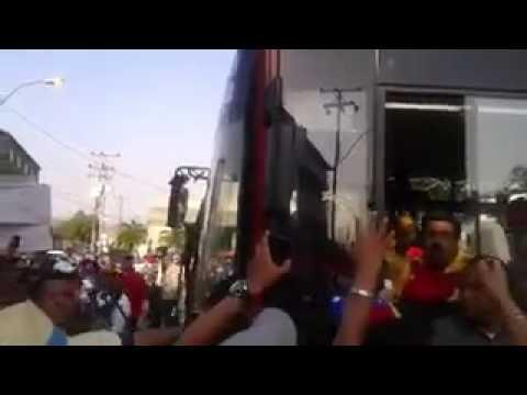 Vea cómo le lanzan un mango a Maduro mientras manejaba un bus