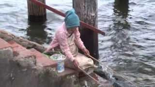 Repeat youtube video สาวพม่าตกปลาแปลกมาก amazing myanmar Fishing stile