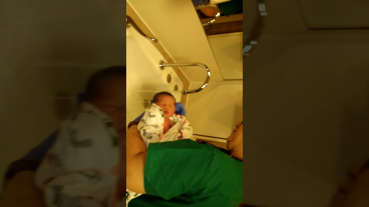 Baby\'s first bath - YouTube