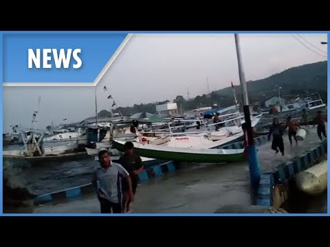 Indonesia: Fishermen Run From Tsunami Waves