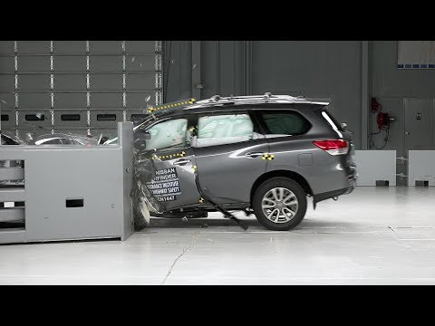 2015 Nissan Pathfinder driver-side small overlap IIHS crash test