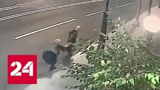 Грабитель не сумел вырвать сумку у столичной пенсионерки - Россия 24
