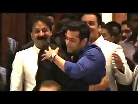 Thumbnail: All Moments When Salman Shahrukh Hug At Baba Siddiqui Iftar Party 2013-14
