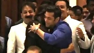 All Moments When Salman Shahrukh Hug At Baba Siddiqui Iftar Party 2013-14