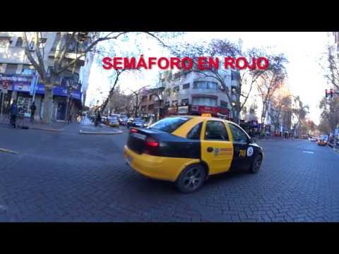 La pesadilla de ser peatón en Mendoza: taxis versus peatones
