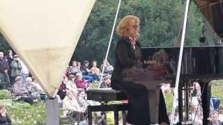 Polonez As-dur op.53  Chopina gra Monika Rosca w Parku Lazienkowskim w Warszawie