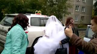 сваха выводит жениха и невесту
