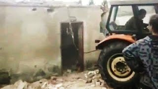 Maszyny Rolnicze w Akcji - Akcja Wyburzanie Traktorem Ściany Nośnej - Rozbiórka Domu w Polsce