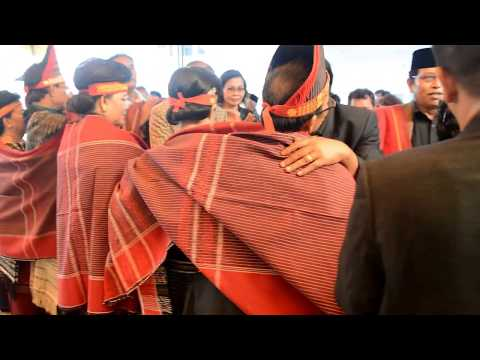 Dancing during mourning... with gondang, traditional music of Batak People