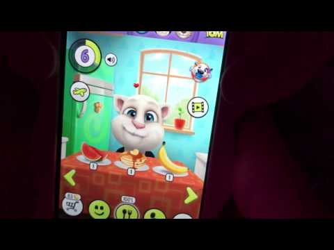 Соня играет игру на телефоне  My talking Angela.