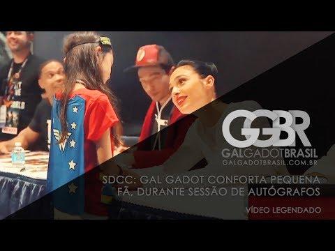 SDCC: Gal Gadot conforta pequena fã [HD] (Legendado)