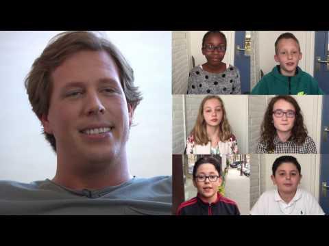 Freek Vonk beantwoordt vragen van kinderen