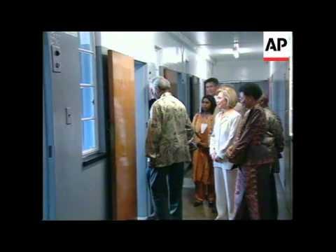 SOUTH AFRICA: US PRESIDENT CLINTON VISITS MANDELA PRISON CELL