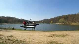 Самодельный водный велосипед, велокатамаран(Первый пробный спуск на воду для обнаружения конструкционных недостатков. Вода, велокатамаран и недостат..., 2015-04-12T19:53:45.000Z)