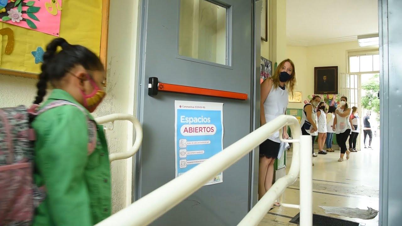 Alumnos de 2.100 escuelas porteñas volvieron a clases con barbijos y distanciamiento social