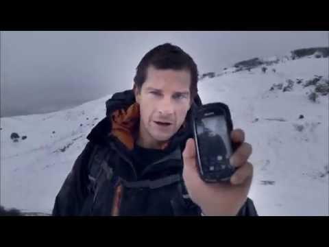 Bear Grylls con el smartphone ultra-resistente Torque KC-S701 de Kyocera