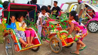 Bermain mainan anak naik becak mini odong-odong lucu di pasar rakyat