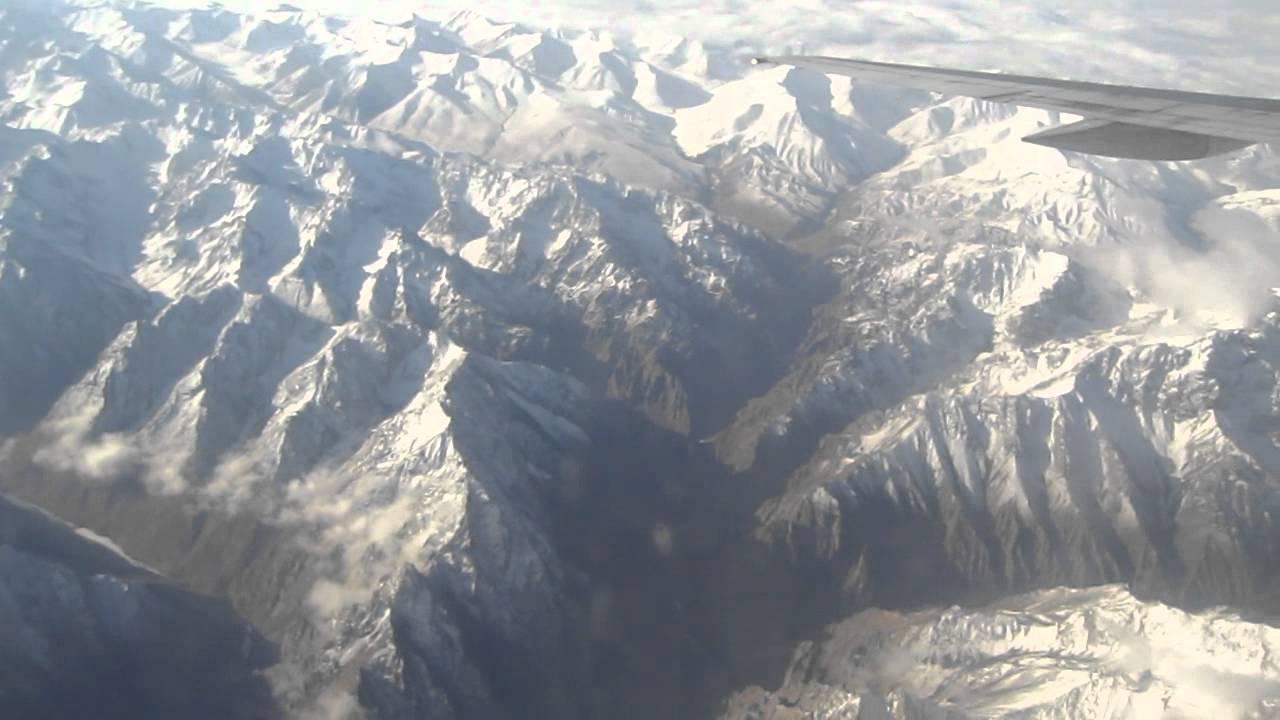 ウルムチからカシュガルへ天山山脈越えフライト - YouTube