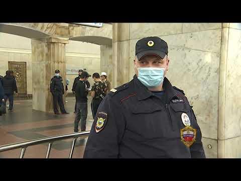 Ни секунды промедления. В московском метро полицейский спас упавшего на рельсы пассажира