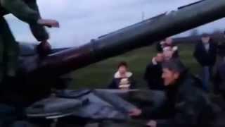 Безоружное население Донбасса отбирает украинский танк