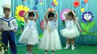 """Tiết mục múa """"Chim Sơn Ca Trên Đảo Trường Sa"""" của các con lớp Chồi 2 biểu diễn"""