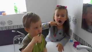 дети чистят зубы - как надо чистить зубы(дети чистят зубы - как надо чистить зубы Муж жена и два детя вот такая вот семья моя NAN Groop на YouTube реальный..., 2015-05-11T15:18:07.000Z)