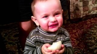 Как надо есть лук (Ребенок мальчик ест лук) прикол