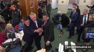 V Česku začaly prezidentské volby, Zemana přepadla polonahá extremistka