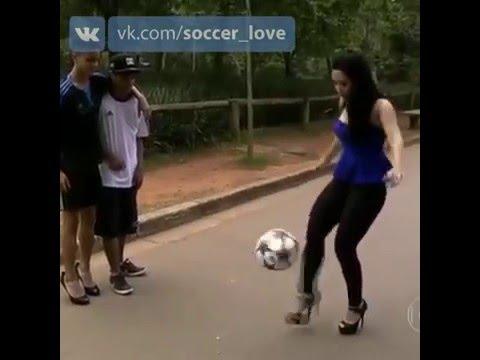 Девушка каблуками топчет девушку, застукала парня с мужиком