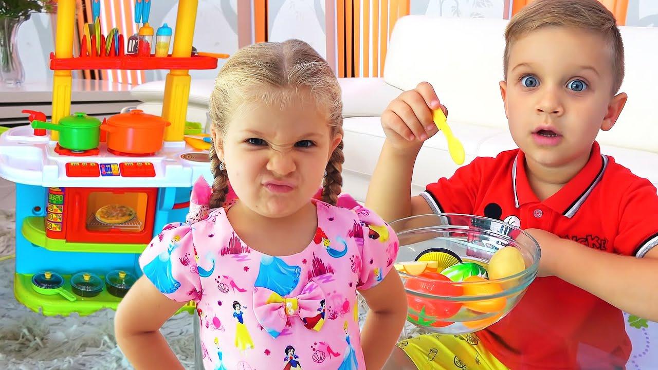 ダイアナとローマ、おもちゃのキッチンセットで遊ぶ!