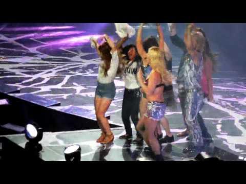 "Britney Spears SHUSHES Crowd in ""I Wanna Go"" LIVE FULL LENGTH Femme Fatale Tour San Jose! 6/18/11 von YouTube · Dauer:  4 Minuten 33 Sekunden"