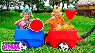 Vlad và Nikita chơi với mẹ ở nông trại
