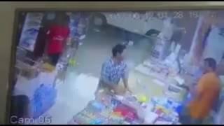 بالفيديو.. شاب يتهجم على عامل أخبره بعدم وجود دخان - صحيفة صدى الالكترونية