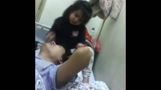 Con gái chăm sóc Ba ốm