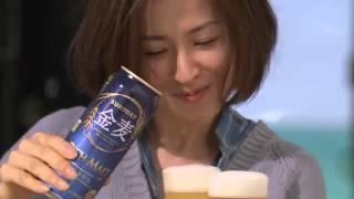 檀れいさんが、カモメが鳴く青い海が見える海沿いで、ビールをグラス2...