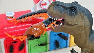 巨大ムカデ vs 恐竜!タヨのガレージがおもちゃの虫妖怪お化けにおそわれた、トーマス、チャギントン、カーズ