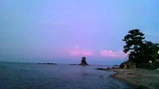 夕闇せまる雨晴海岸女岩と義経岩。 そしてカタンコトンと来ました! 氷...