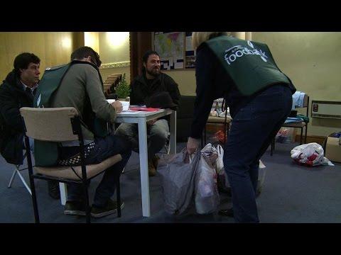 Foodbanks in UK help the poor avoid bleak Christmas