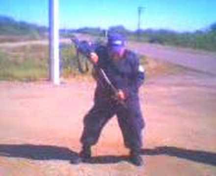 policia bailando-moviendo culito
