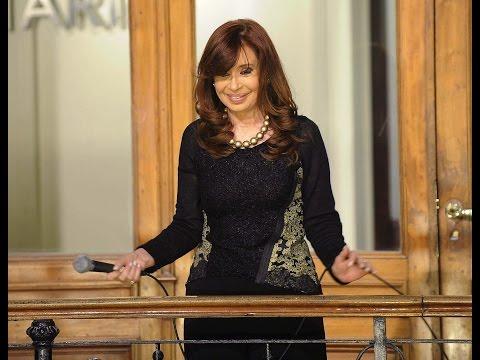 20 de AGO. Cristina Fernández saludó a la militancia en los patios de Casa Rosada.