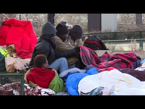 Paris : des camps de migrants autour du centre de La Chapelle