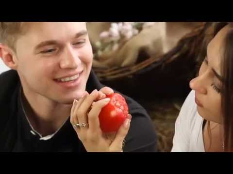 Как научиться целоваться на помидоре - Девушки Мотора