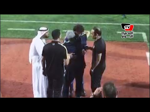 في لقطة تاريخية.. مارادونا يحتضن حسام غالي بعد فوز الأهلي على الفجيرة ودياً