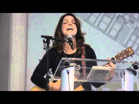 Bree Sharp live serenating David Duchovny